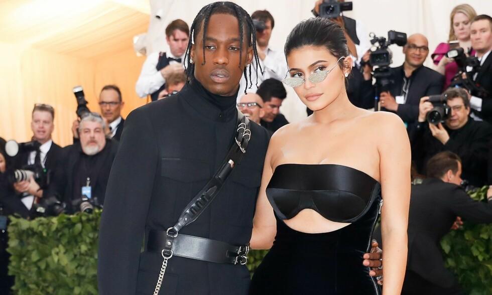 POPULÆRT PAR: Fotografer går bananas når Kylie Jenner og kjæresten Travis Scott dukker opp sammen. Her er duoen på rød løper under MET-galaen i mai. Foto: NTB Scanpix