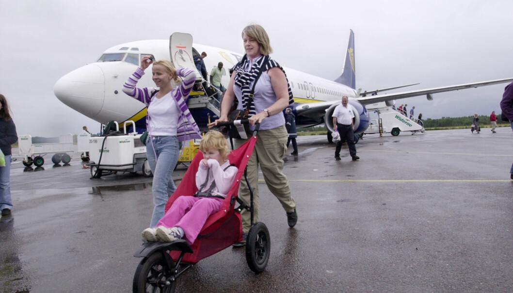 <strong>MED SMÅ BARN PÅ REISE:</strong> Noen flyselskaper lar deg ta med trillevogna i håndbagasjen. Foto: Shutterstock / NTB Scanpix