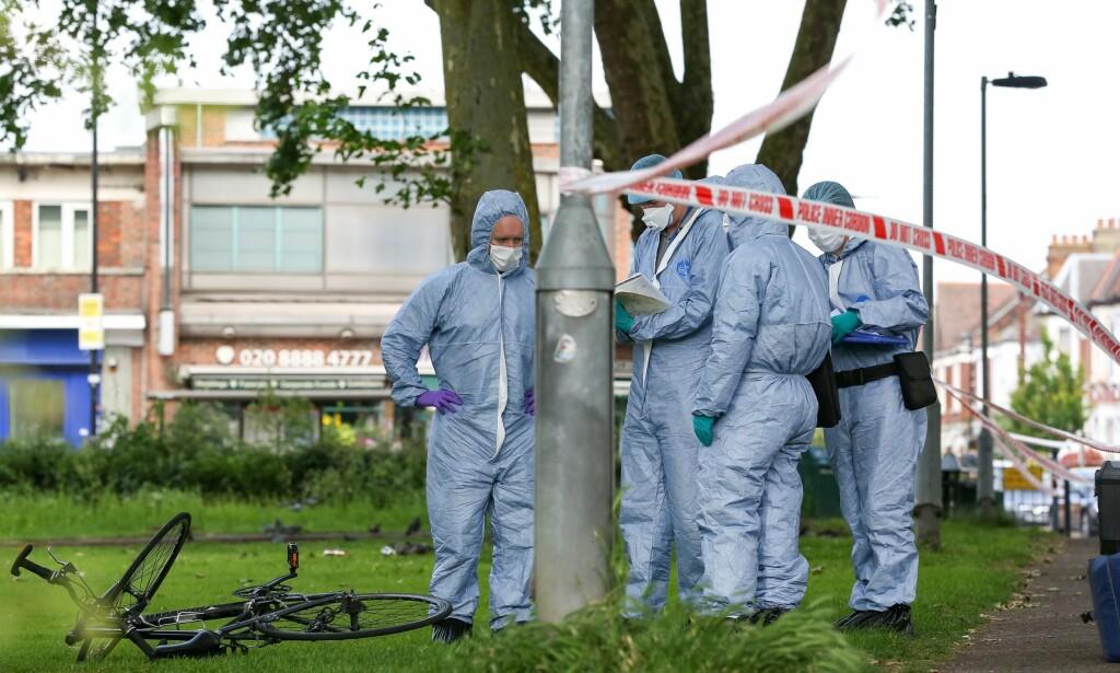DRAPSBØLGE: Så langt i år er over 80 mennesker drept i hovedstaden, minst 50 av dem med kniv. Bildet viser etterforskere på stedet etter et knivdrap ved Ducketts Common i London 9. juni i år. Foto: Dinendra Haria / REX / Shutterstock / NTB Scanpix