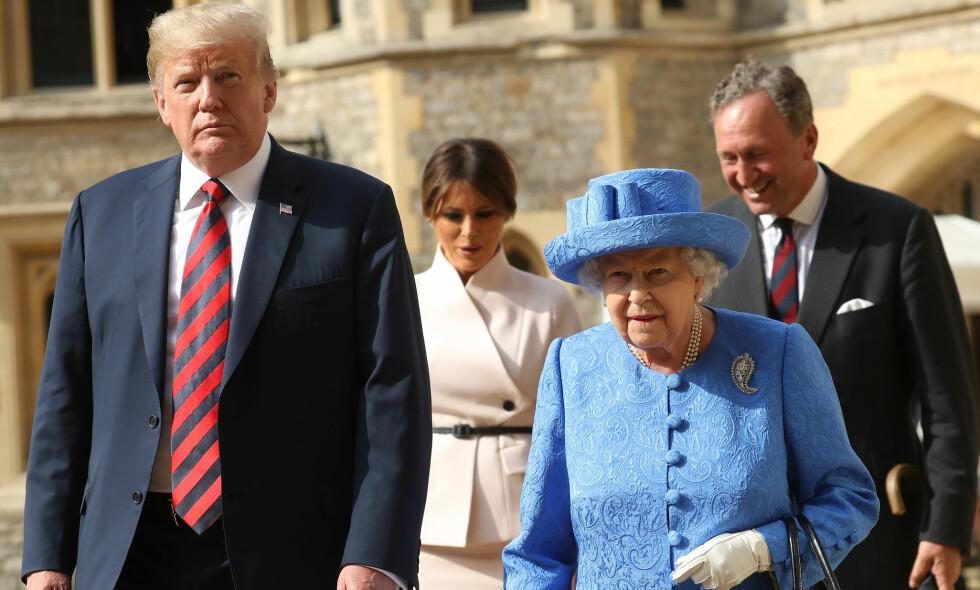 BROSJE-STIKK: Flere engelske og amerikanske mener dronning Elizabeths brosje-valg under Donald Trumps statsbesøk til Storbritannia kan ha vært skjulte Trump-stikk. Foto: NTB Scanpix