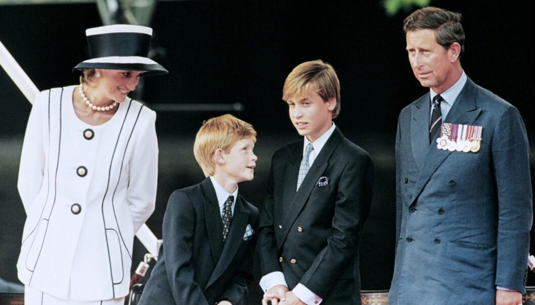 STERKE BÅND: Prins William og prins Harry har knyttet svært nære bånd etter at de i 1997 mistet sin mor i en fatal bilulykke. Dette bildet er tatt av familien på fire under et offentlig arrangement i London i 1995. FOTO: NTB Scanpix