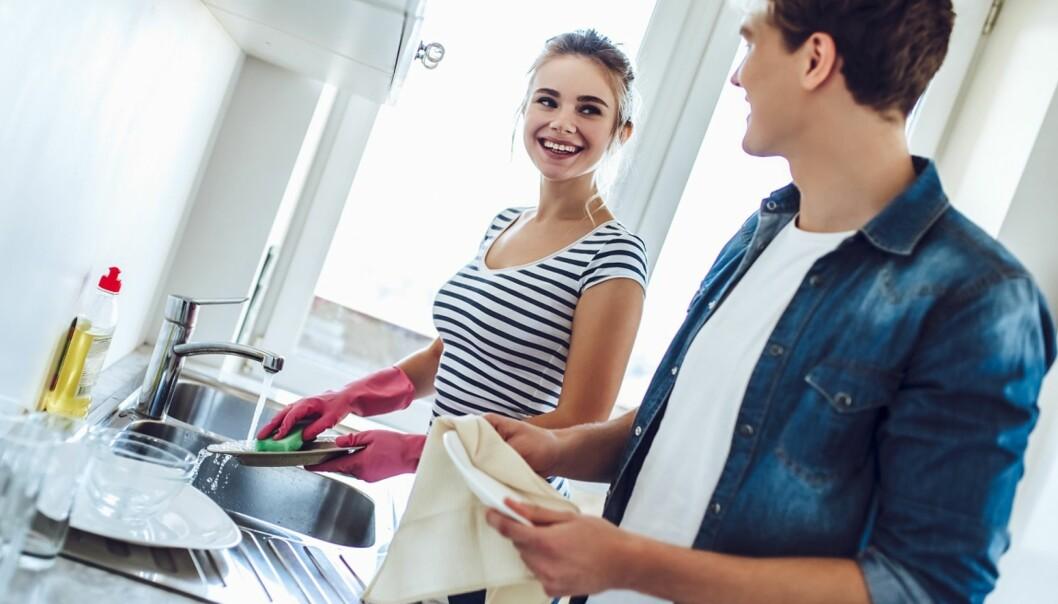 HJELPER TIL: Stadig flere menn har begynt å ta tak i kjøkkenoppgaver. Foto: Scanpix.