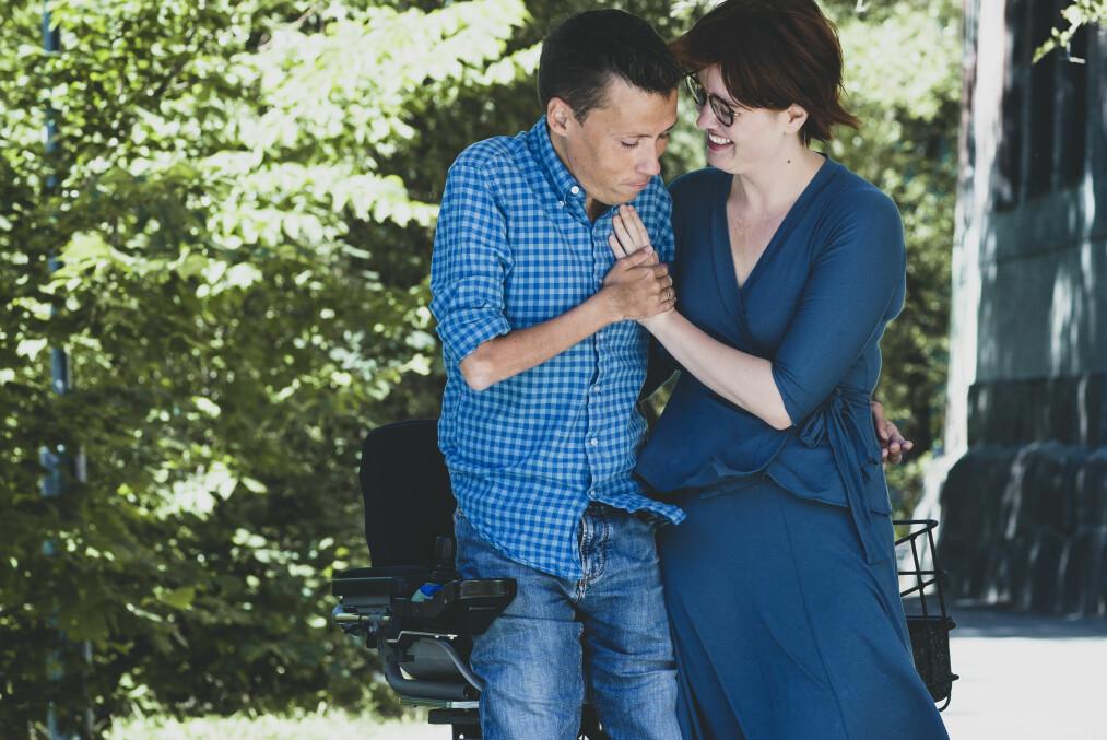 JAN GRUE OG IDA JACKSON: Forfatterparet Jan Grue og Ida Jackson åpner opp om livet som småbarnsforeldre og hvordan det er å møte på fordommer fordi han sitter i rullestol. FOTO: Astrid Waller