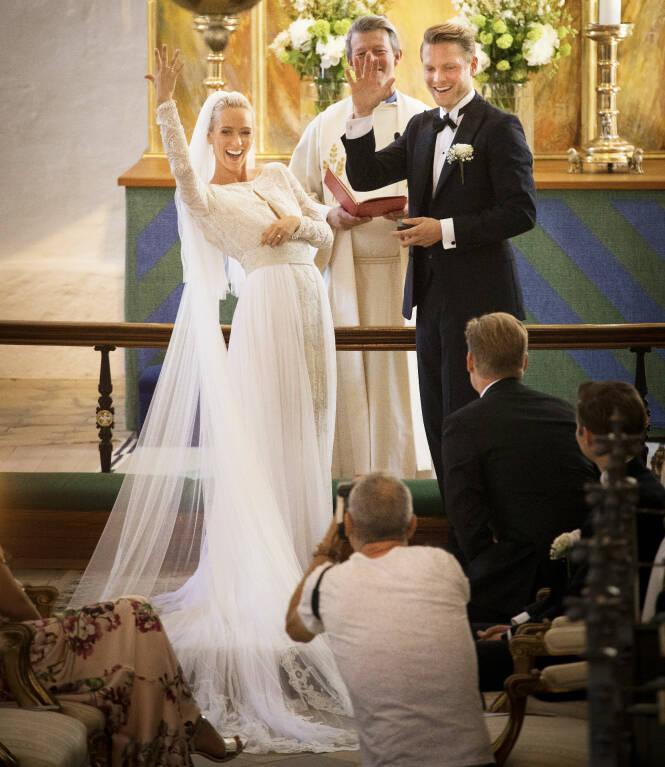 JAAA: Det var ingen tvil - begge svarte ja av hele sitt hjerte. Sjømannsprest Pål Kristian Balstad (39) sørget for at det ble en varm og høytidelig vielse. Foto: Espen Solli / Se og Hør