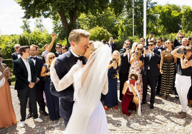 KYSS: Det ble aldri nok kyssing. Så snart brudeparet ankom slottsplassen krevde gjestene et nytt. Foto: Espen Solli / Se og Hør