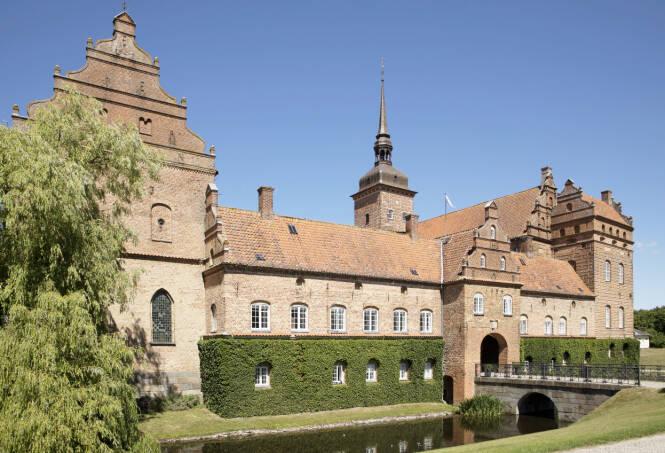 «STORSLOTT»: Bryllupsfesten fant sted på staselige Holckenhavn Slot, med historie tilbake til 1579. Her ble både brudepar og gjester oppvartet som kongelige. Foto: Espen Solli / Se og Hør
