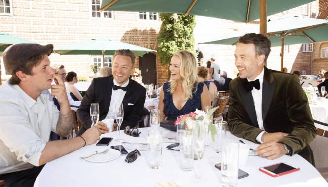GOD STEMNING: Praten gikk løst rundt bordet i de idylliske omgivelsene. Fra v. Samuel Massie (25), Håvard Tvedten (40), Guro Fostervold (43) og Peter Bubresko (43). Foto: Espen Solli / Se og Hør