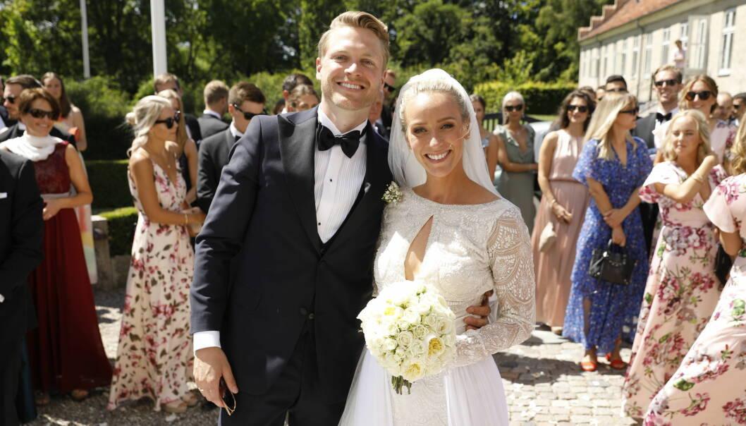 LYKKELIGE: Katarina Flatland og hennes nye ektemann Harald Dobloug smilte lykkelige til kamera etter vielsen. Foto: Espen Solli / Se og Hør