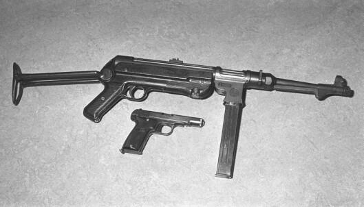 <strong>DRAPSVÅPNENE:</strong> Våpnene som ble brukt under drapene, en pistol og en Schmeisser maskinpistol. Foto: Erik Thorberg / NTB Scanpix