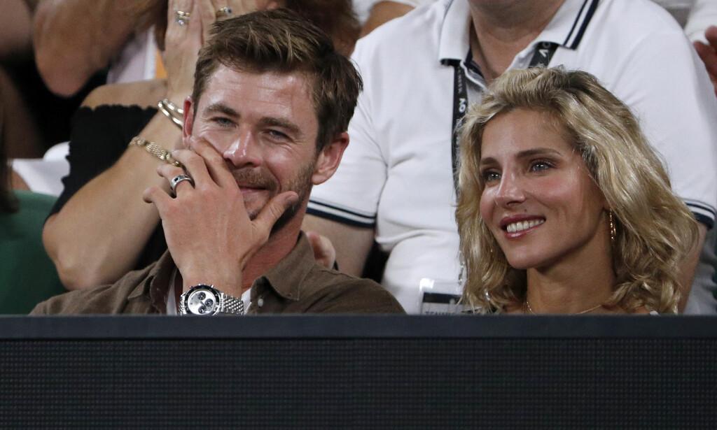 OVERRASKET KONA: Hollywood-stjernen Chris Hemsworth gjorde stas på kona på spesielt vis da hun fylte 42 år denne uken. Her er paret på Australian Open sammen i januar. Foto: Reuters/ NTB scanpix