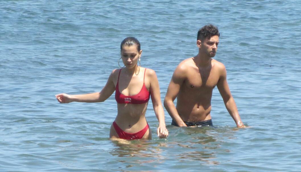 NY KJÆRESTE? Bella Hadid og en mystisk mann koste seg på stranden i Malibu tidligere denne måneden. Foto: NTB Scanpix