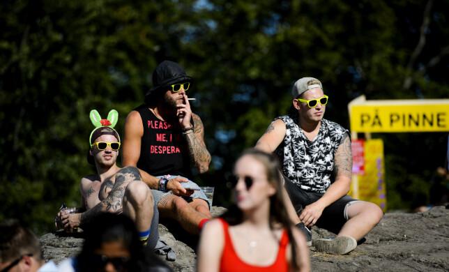 SOLFYLT: Folk lader opp til nok en dag på festival i sterk juli-sol foran Kongescenen torsdag formiddag. Foto: Jon-Terje Pedersen / Dagbladet