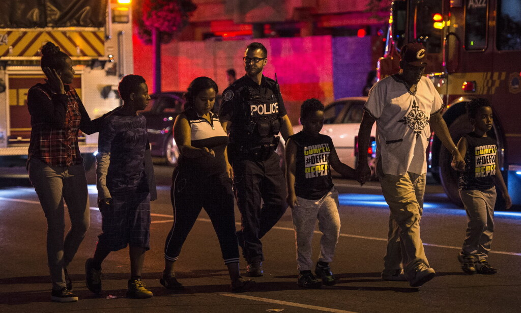 SKYTING I TORONTO: Politiet følger sivile bort fra åstedet for skytingen i Toronto søndag kveld. Foto: Frank Gunn / The Canadian Press via AP / NTB scanpix