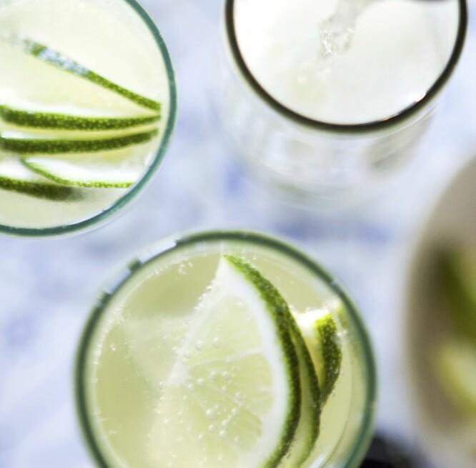 CAVA MED LIMONCELLO: Enkelt og greit! Kjøp en flaske sitronlikør og ha i skapet, så er denne drinken bare noen sekunder unna.