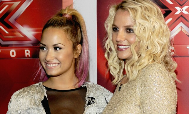 SLEIT I MANGE ÅR: Demi Lovato avbildet sammen med meddommer Britney Spears under «The X Factor»-auditionrunder sommeren 2012. Foto: Getty Images/ AFP/ NTB scanpix