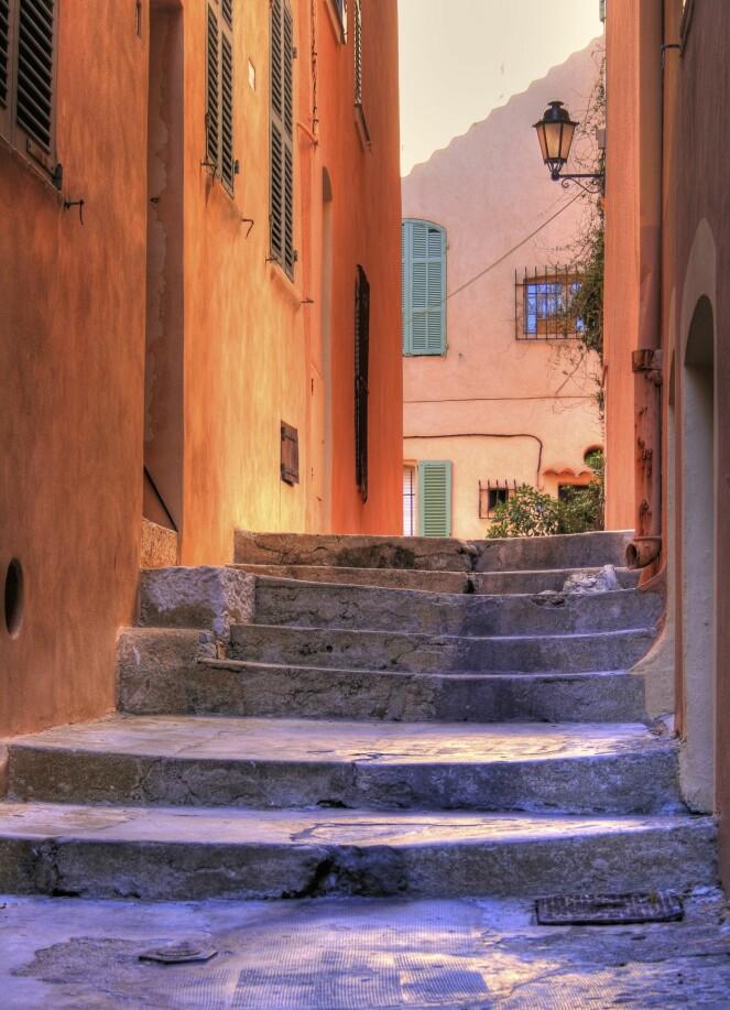 I Saint-Tropez finner du også mange sjarmerende gater og smug.