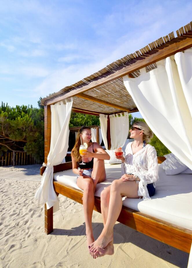 Den franske strandbyen byr på både avslappende cabanas og høy champagneføring. Martine Kopstad Floeng (28) og Therese Qvale (32) koser seg i solen med to friske drinker.