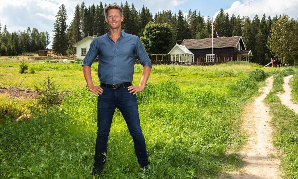 «VELKOMMEN TIL GARDS»: «Farmen»-programleder Gaute Grøtta Grav viste fram den splitter nye tv-gården for pressen onsdag. Foto: Alex Iversen / TV 2
