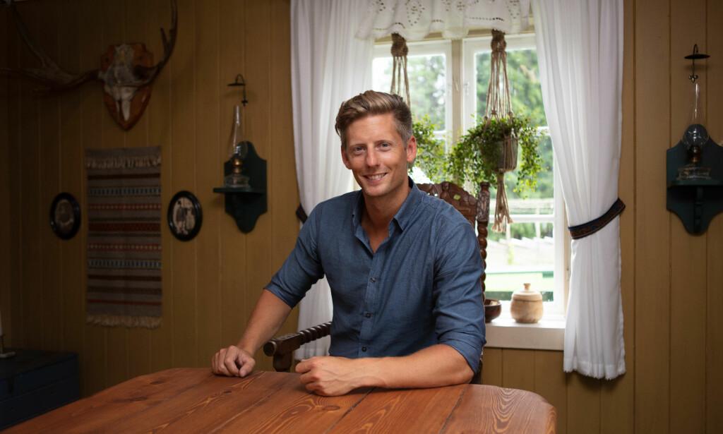 GLEDER SEG: Gaute Grøtta Grav poserer i kjent stil. Her fra «Farmen»-stua. Foto: Alex Iversen / TV 2
