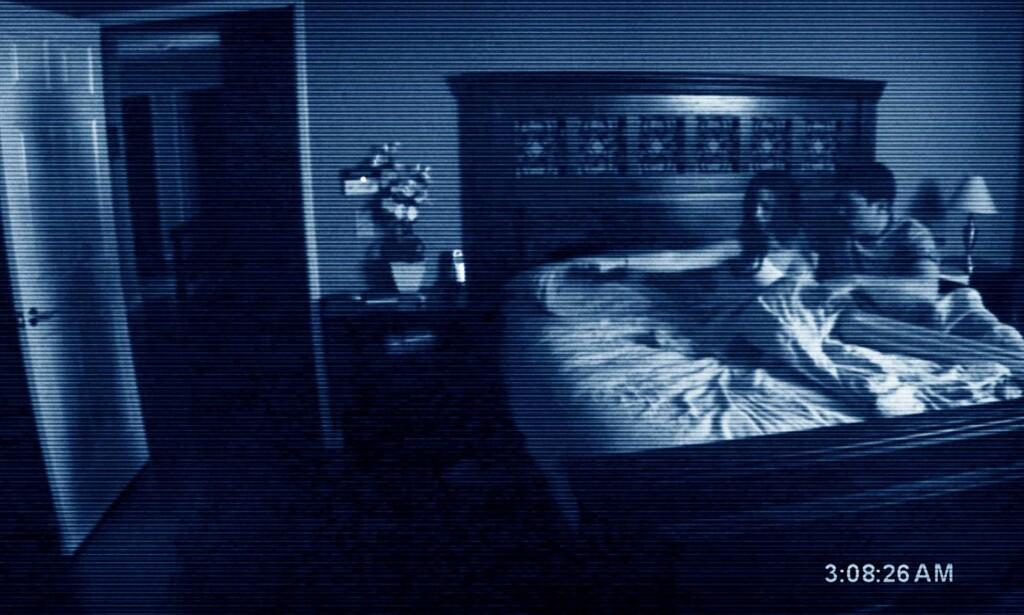 HJEMSØKES: Micah og Katie filmer alt som skjer i huset de har flyttet inn i. Foto: