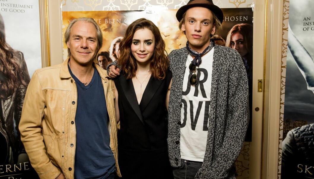 """I NORGE: Her poserer Lily og Jamie sammen med Harald Zwart på Hotel Continental da de var i Norge for å promotere filmen """"Skyggejegerne: Demonenes by"""" i 2013. Foto: Erlend Aas / NTB Scanpix"""