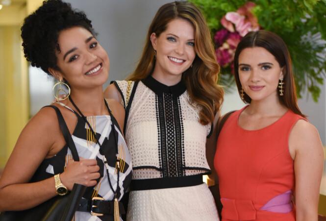 FAVORITTER: Venninnegjengen Kat Edison (spilt av Aisha Dee), Sutton Brady (spilt av Meghann Fahy) og og Jane (spilt av Katie Stevens) har blitt tre av våre absolutte favorittjenter etter sine fantastiske roller i «The Bold Type». FOTO: NRK