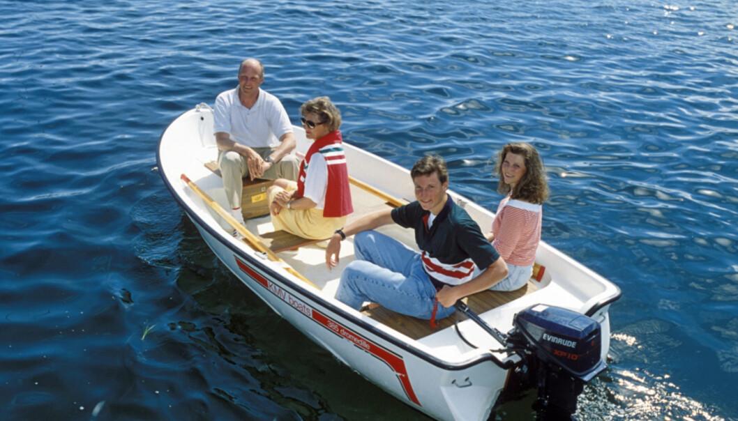 GODE MINNER: Märtha har gode minner fra sommerferiene på Tjøme. Her ser vi henne ute i båt med foreldrene og lillebror Haakon i 1991. Foto: NTB scanpix