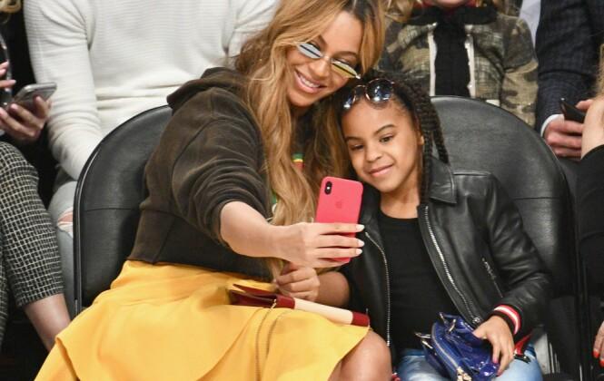 MOR OG DATTER: Beyoncé og eldstedatteren Blue Ivy tok en liten selfie under en basketballkamp i Los Angeles i februar. Ifølge mormor Tina Knowles er seksåringen en svært omsorgsfull storesøster. FOTO: NTB Scanpix