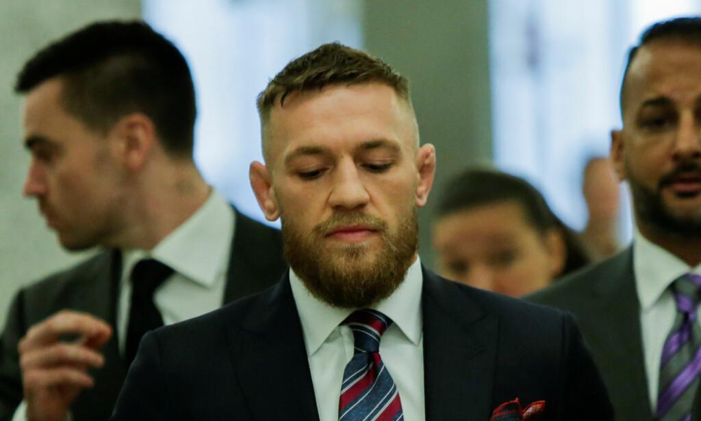I RETTEN: Conor McGregor på vei ut av rettsalen etter at han sa seg skyldig i en av tiltalene ført mot ham. Foto: REUTERS/Eduardo Munoz/NTB Scanpix
