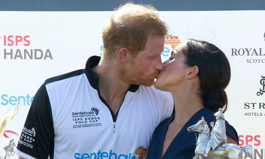 KLINTE TIL: Deres første offentlige date var på en polokamp for et år siden. Nå viser Meghan og Harry sin kjærlighet på nok en kamp. Foto: NTB Scanpix
