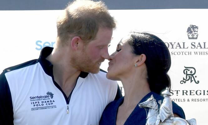 KONGELIG KYSS: Prins Harry scoret for vinnerlaget - og fikk sin belønning av Meghan etter kampen. Foto: NTB scanpix
