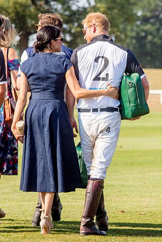 KJÆRLIGE: Meghan holdt godt rundt sin prins etter polokampen. Foto: NTB scanpix