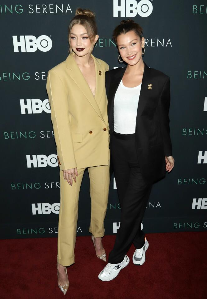 <strong>SØSTRE:</strong> Gigi Hadid sammen med lillesøsteren Bella Hadid, som for øvrig også gjør stor suksess som modell, under HBO-premieren av «Being Serena» i New York tidligere i år. Foto: NTB Scanpix