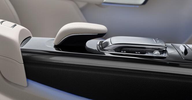 <strong>LUKSUS:</strong> Mercedes satser på premium-følelse også i kompaktsegmentet, noe forseggjorte detaljer som her i midtkonsollen viser. Men det kommer til å koste... Foto: Daimerl