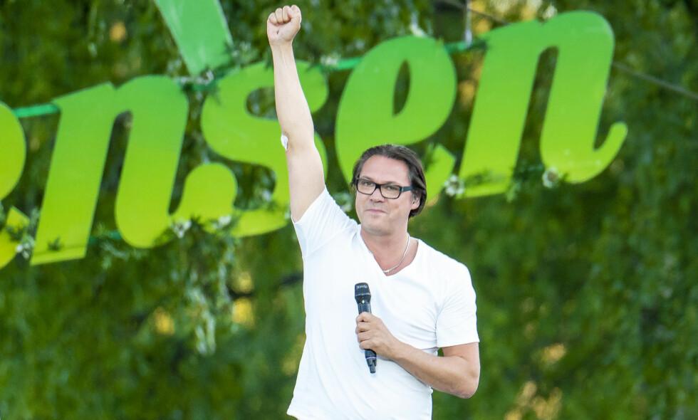 RÅKJØRTE: Vidar Johnsen spilte i lang olabukse under TV2-programmet «Allsang på grensen» for å skjule det som var under buksa. Det har han også gjort under flere konserter i sommer. Foto: NTB Scanpix
