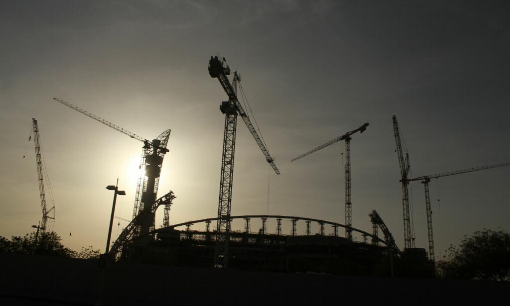 ANKLAGES FOR SABOTASJE: Qatar anklages nå for å ha brukt sabotasje for å få fotball-VM til landet. Her et bilde fra byggingen Khalifa internasjonale stadium i Doha, hovedstaden i Qatar. Foto: Reuters / NTB Scanpix