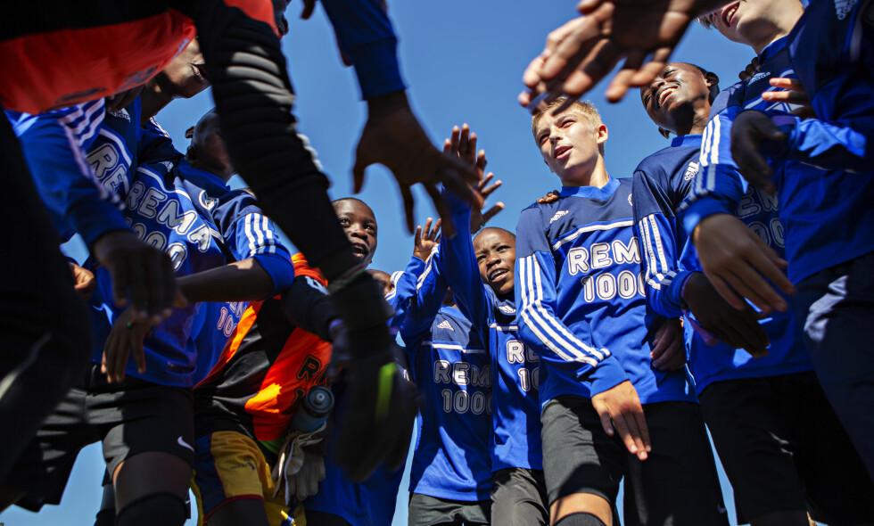 RYSA: Det kenyanske fotballaget vant 3-0 i åpningskampen mot Nest Sotra. Fotballaget spiller i Oppsal sine drakter og har tre nordmenn med seg på laget. Foto: Frank Karlsen / Dagbladet