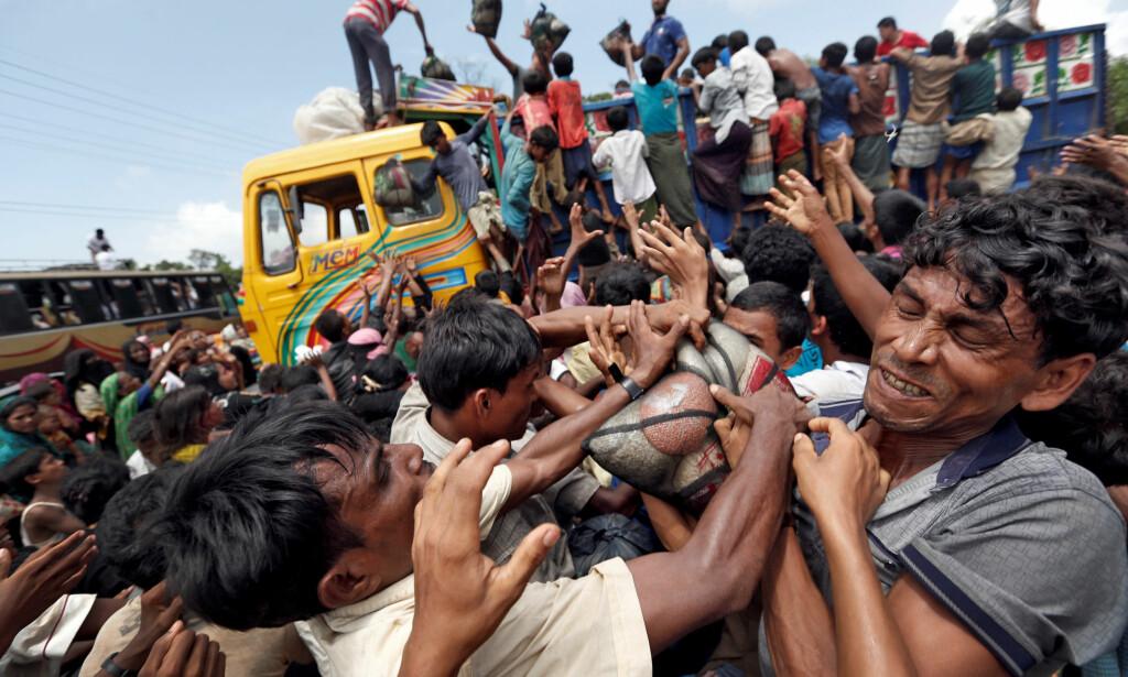 - SPRER HAT: I ny rapport fra det britiske underhuset kommer det fram at Facebook bidro til å spre hat mot rohingyane i Myanmar. Her ser man rohinhyaer som slåss om mat etter at de måtte flykte fra Myamar. Foto: Reuters/Cathal McNaughton