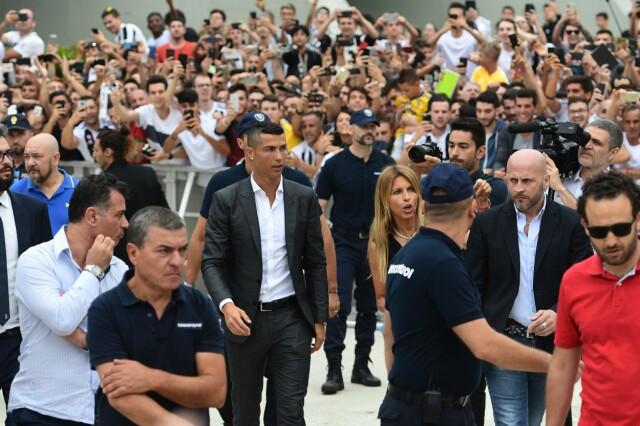 bca8119b STOR INTERESSE: Cristiano Ronaldo hadde en stor fanskare i nærheten da han  ankom den medisinske