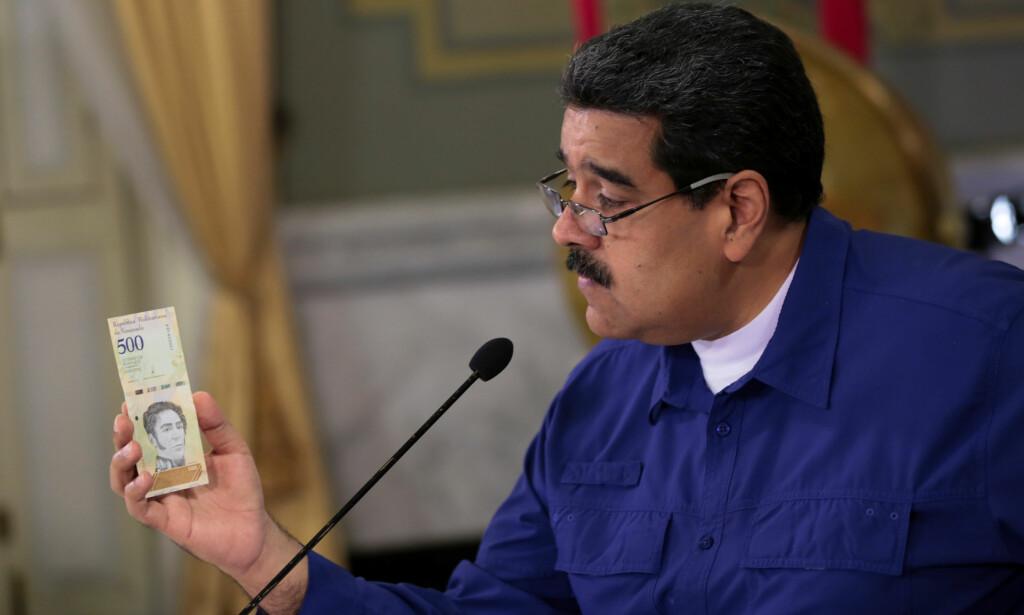 LØPSKE PRISER: Venezuelas president, Nicolás Maduro, viser den nye pengseseddelen på 500 «suverene bolívares» som snart skal komme og erstatte 50 000 000 bolívares i gamle penger. Med dette søker han å sminke økonomiens elendighet gjennom å stryke fem nuller. Foto: Presidentens pressekontor i Venezuela / Reuters / NTB Scanpi