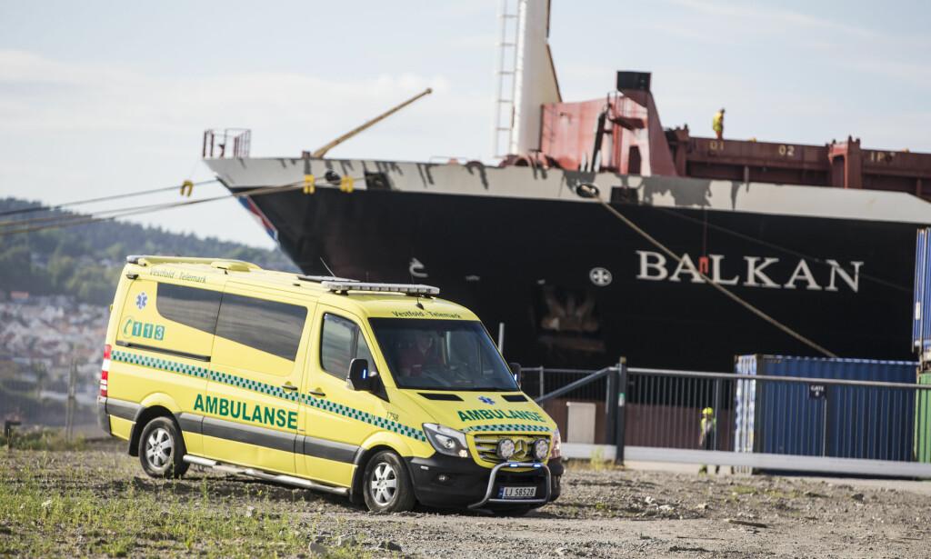 ULYKKE: Ambulanse ved stedet der en 13 år gammel jente mandag ettermiddag ble hentet opp av sjøen utenfor Larvik. 13-åringen er fløyet til Rikshospitalet i Oslo. En annen person ble også plukket opp og ble behandlet på stedet. Foto: Trond Reidar Teigen / NTB scanpix