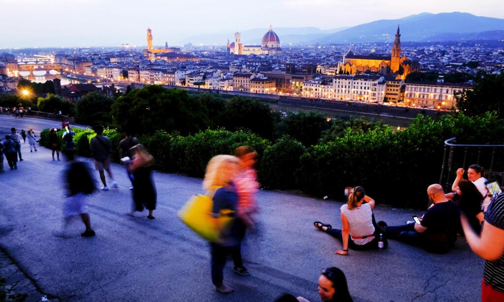 VAKKER UTSIKT:  Legg turen til Piazzale Michelangelo (Michelangelo-plassen) når solen går ned. Elven Arno og hele Firenze utfolder seg foran deg.  Foto: AFP PHOTO / ANDREAS SOLARO
