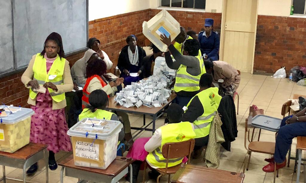 OPPTELLING: Opptellingen etter mandagens valg i Zimbabwe fortsetter, men ifølge den statlige valgkommisjonen er det alt klart at regjeringspartiet ZANU-PF har sikret seg flertall i nasjonalforsamling. Foto: AP / NTB scanpix