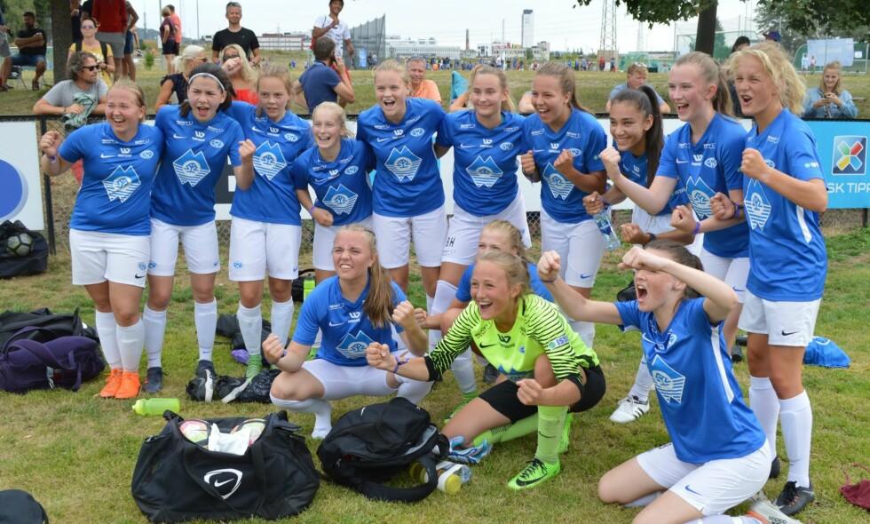 SEIER: Molde Jenter 16 etter seier i første kamp mot Halsøy. Foto: Molde FK Bredde