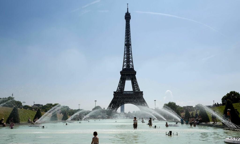 AVKJØLING I HETEN: Flere steder i Europa var fredag 27. juli den til da varmeste dagen i år. I Storbritannia ble dagen døpt «Furnace Friday» - Skorsteinsfredagen. Foto: Ludovic Marin / AFP Photo / NTB Scanpix