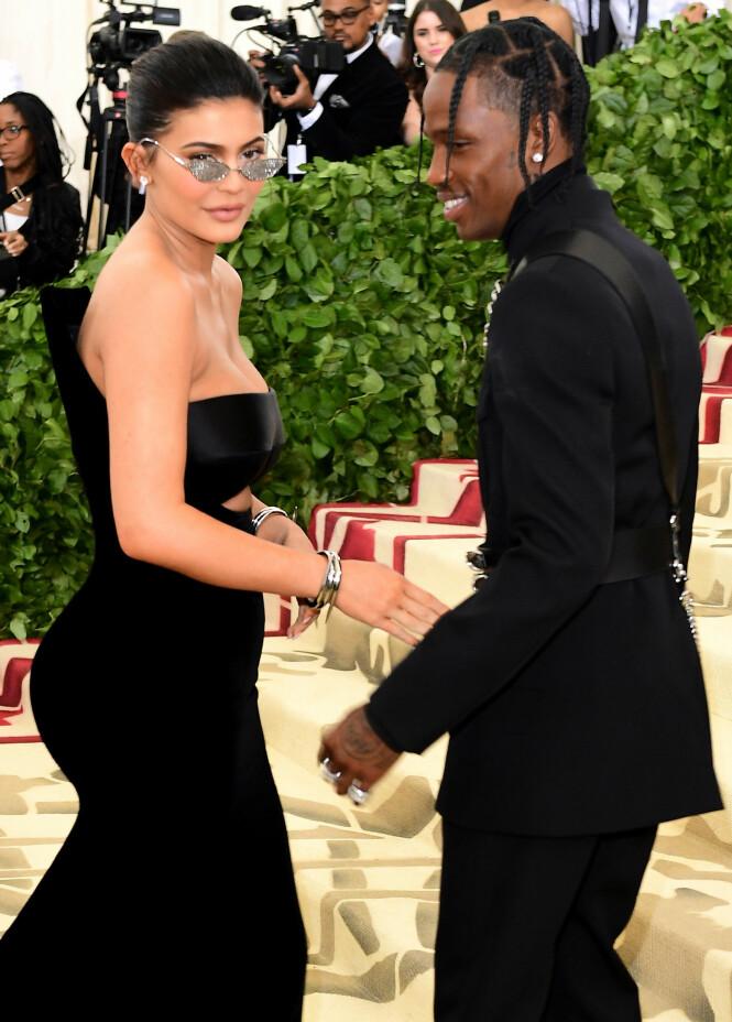 FORELDRE: Kylie Jenner og Travis Scott ble foreldre til Stormi Webster i februar. Her er kjæresteparet avbildet under Met-gallaen tidligere i år. Foto: NTB Scanpix