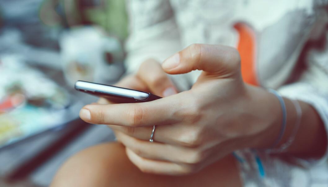 - Selv om chatbotene kanskje en dag vil snakke på samme måte som oss, så er det jo mye mer til sosial kontakt som jeg har med kona, som jeg ikke kan få med Siri på iPhonen, sier Morten Goodwin til KK.
