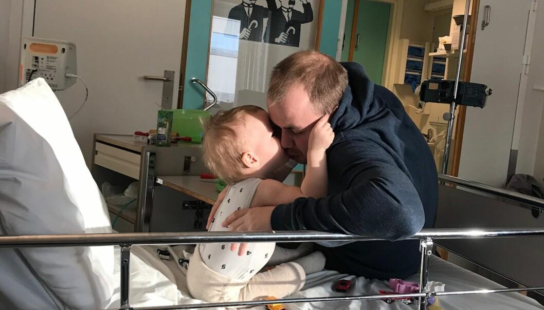 INNLAGT PÅ SYKEHUS: Isak måtte tilbringe flere uker på sykehuset for å lære seg å gå, sitte og bruke hendene sine igjen. Foto: Privat