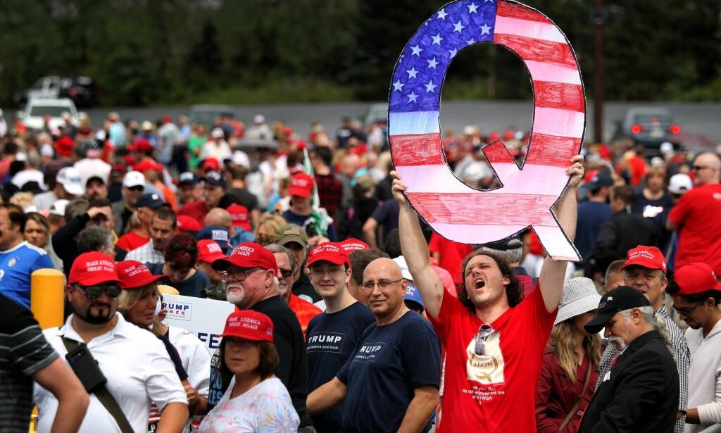 SYNLIG: QAnon var også å se under Trumps tale i Pennsylvania torsdag. Foto: NTB Scanpix