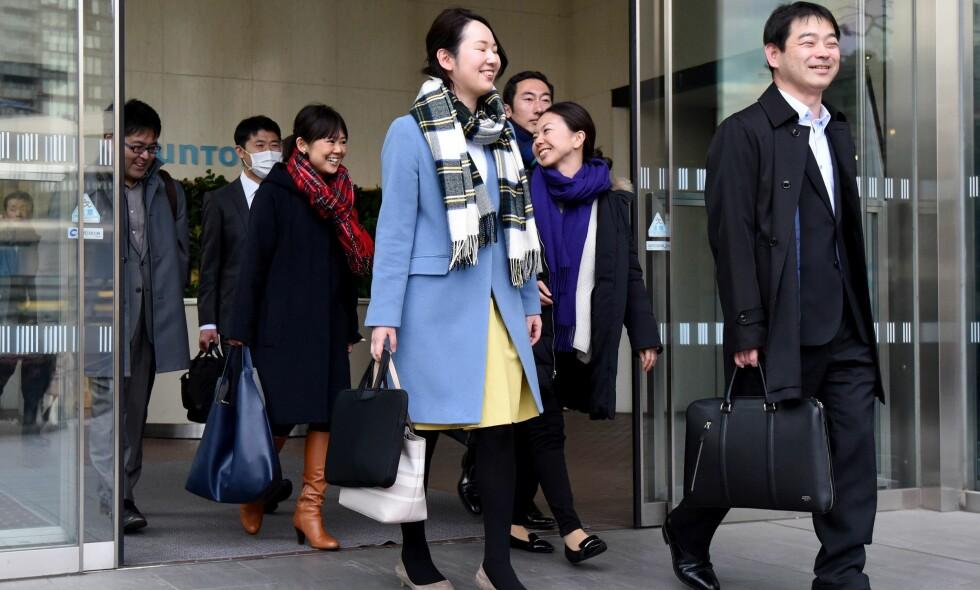 VIL BEDRE ARBEIDSFORHOLDENE: Japanske ansatte får gå tidlig en fredag ettermiddag i 2017, i et forsøk på å bedre arbeidernes liv. Nå prøver Japan også å la arbeidere komme seint på mandager. Foto: AFP